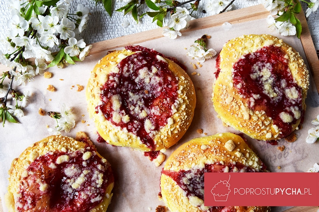 Drożdżówki z owocami i kruszonką