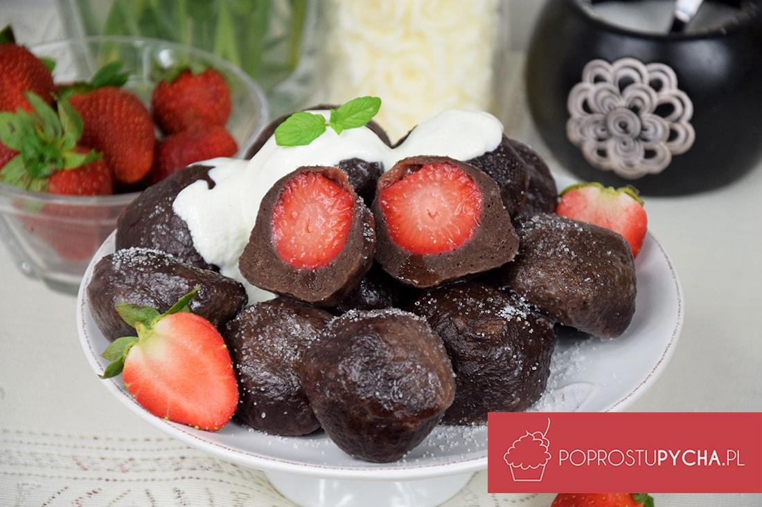 Kakaowe knedle z truskawkami