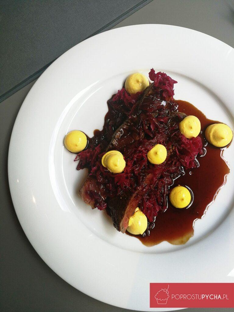 stek zsezonowanego rostbefu (220 g) , kiszona czerwona kapusta, aioli, frytki, sos zoctem balsamicznym