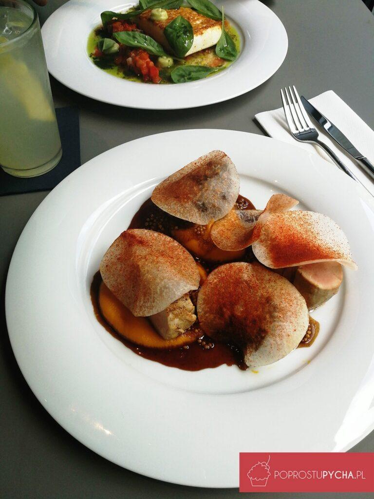 duet polędwiczki iduszonego wpiwie policzka wieprzowego, puree zmarchwi iimbiru, sałatka zkalarepy, wędzona papryka, sos zgorczyc