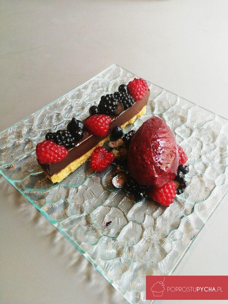 torcik czekoladowy, sałatka isorbet zleśnych owoców.