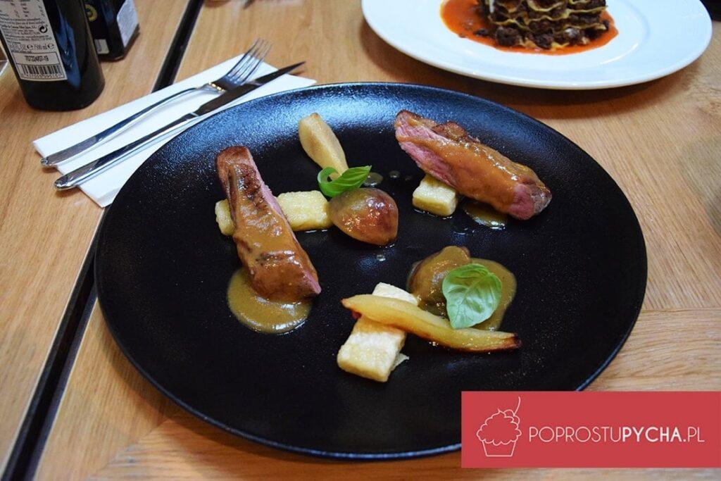 Pierś zkaczki wsosie figowym zpieczoną gruszką orazgnocchi ziemniaczanymi