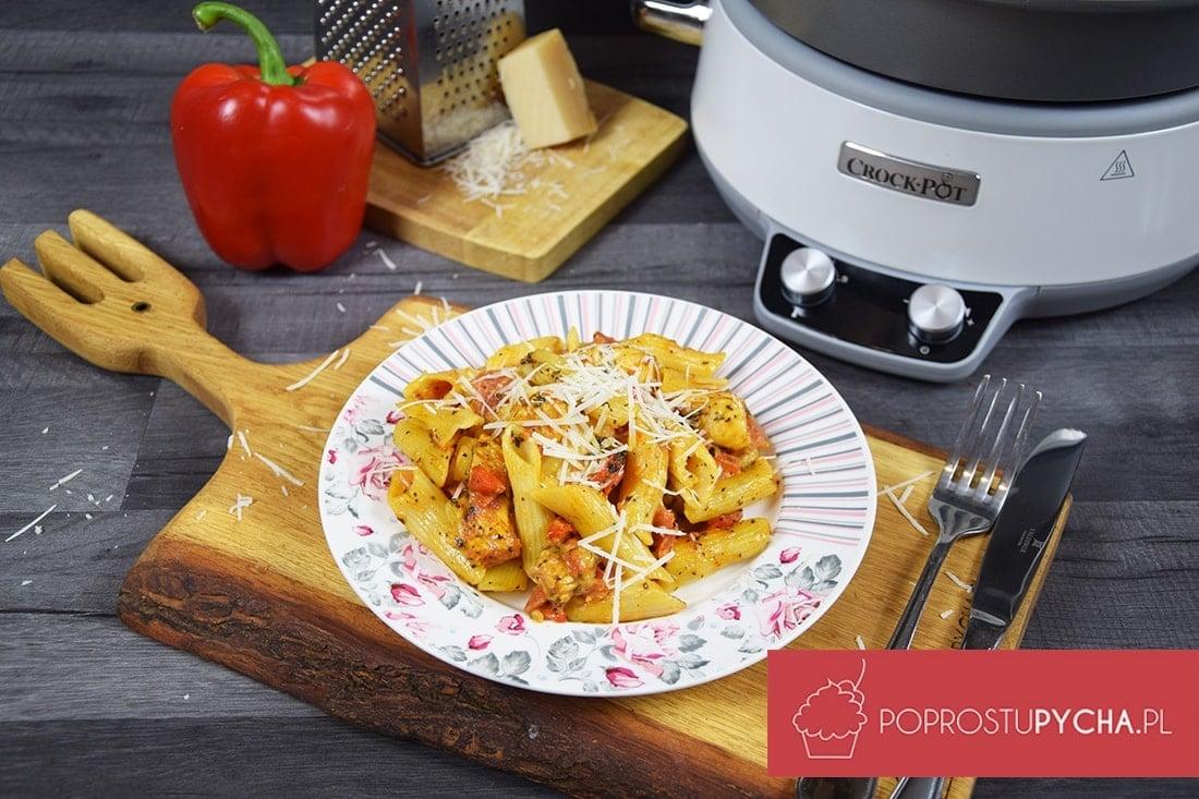 Makaron z kurczakiem w sosie pomidorowo-serowym