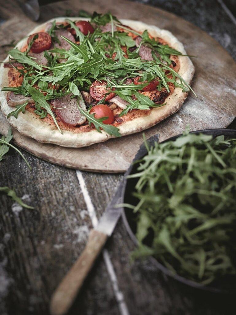 pizza pieczona nakamieniu nagrillu