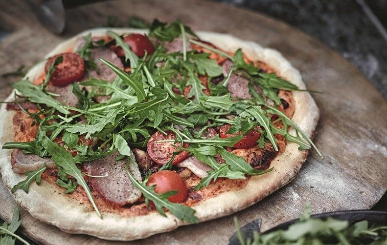 pizza pieczona na kamieniu na grillu