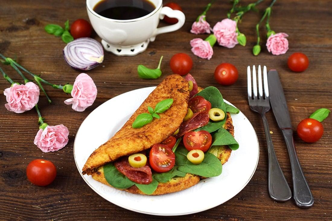 Omlet z pomidorkami, salami i oliwkami