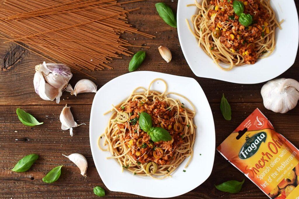 Spaghetti zmięsem wołowym, oliwkami, kukurydzą isosem pomidorowo-czosnkowym