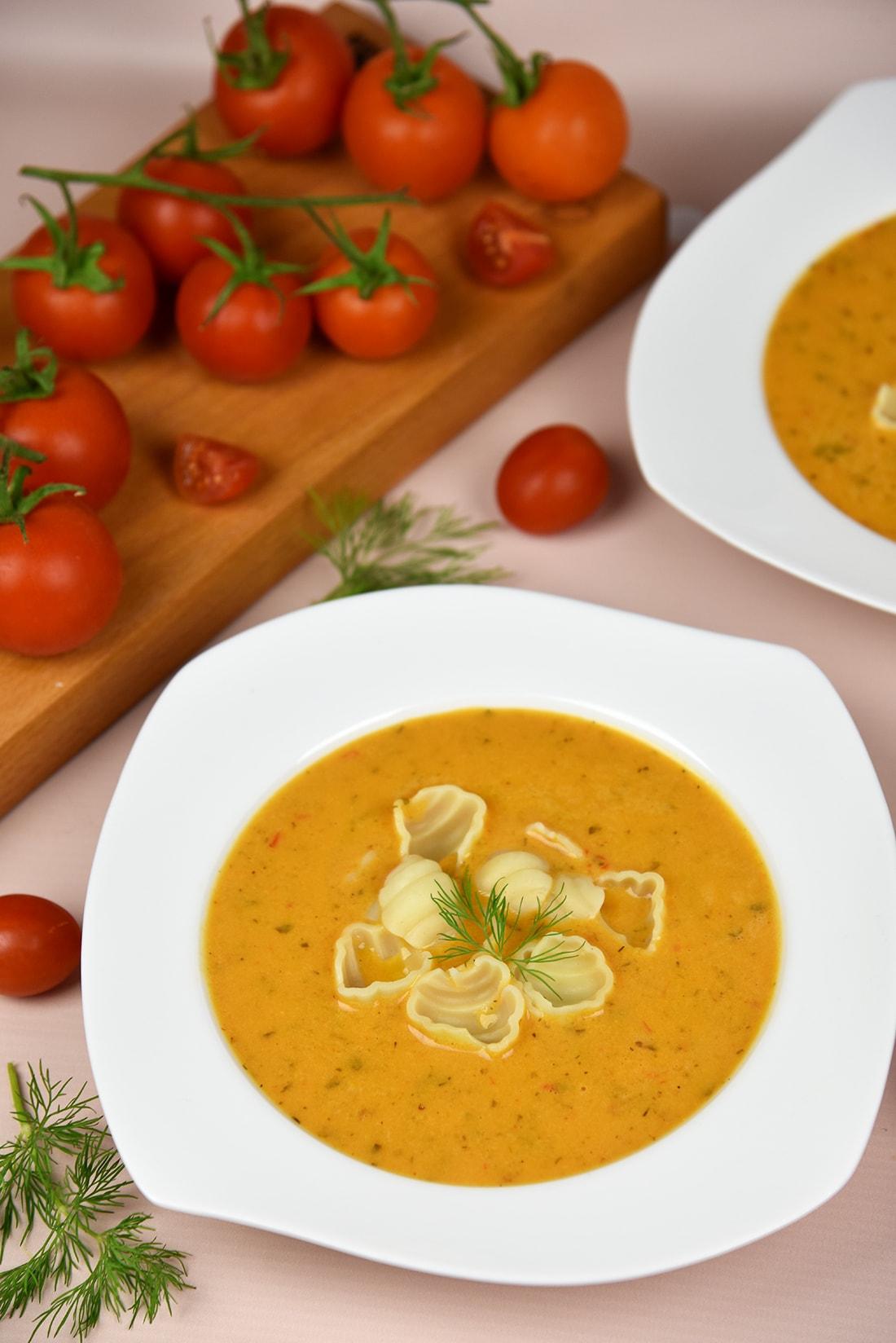 Rozgrzewający krem zesmażonych pomidorów, imbiru iczosnku