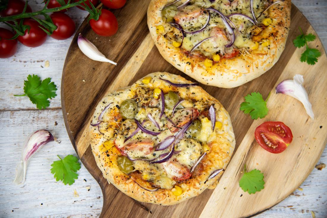 Pizzerinki z salami, oliwkami i pomidorkami koktajlowymi